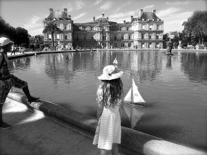 sailing boats jardin du luxembourg b&w