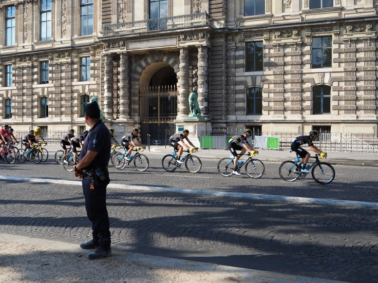 team sky pass le louvre on final stage of tour de france