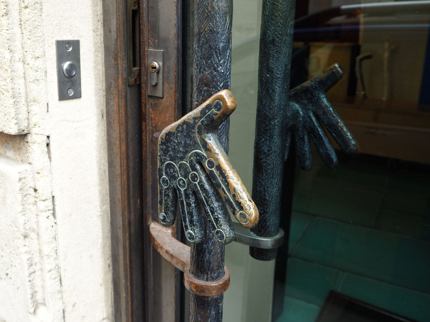 hand-shaped door handle paris 5e