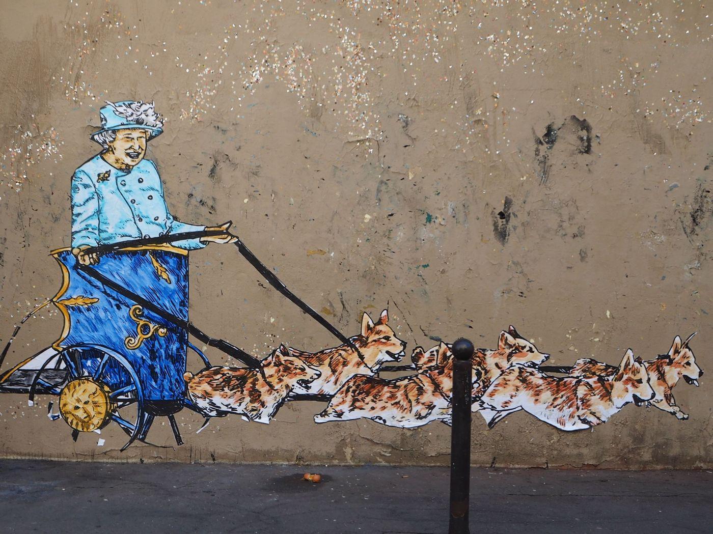 street art paris queen corgis
