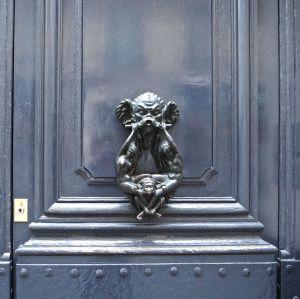 swing door knocker paris