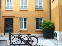 bike yellow house paris