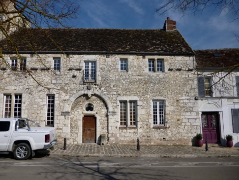 The Hôtel de la Coquille has seen many alterations and adaptations since it was built for a rich merchant in the 14th century. Still a private house, the description in the official list of historic monuments mentions large vaulted cellars.