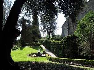 You can't follow a direct route from the gate to the villa on the hill, there are pools and fountains in the way. Instead there's a choice of routes winding up the hill to left and right, passing small fountains, grottos...