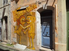 A blue door and a yellow pun by Nhobi - Marseille - June 2018