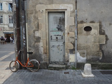 A small bike and a narrow door in La Rochelle...