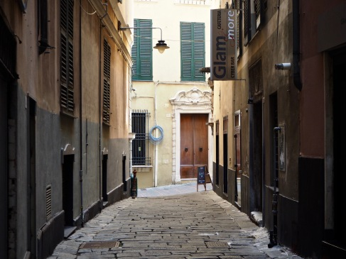 Plain wood and subtle greens in Genoa