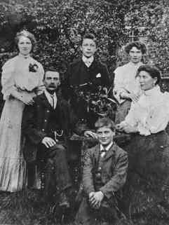 Robert & Harriet with their children Elizabeth, Clara, George & Harry